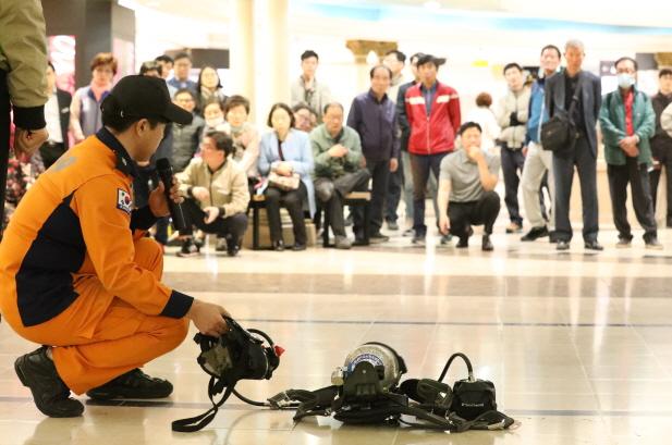부산진소방서 소방대원이 소방장구에 대해 시민들앞에서 설명을 하고 있다